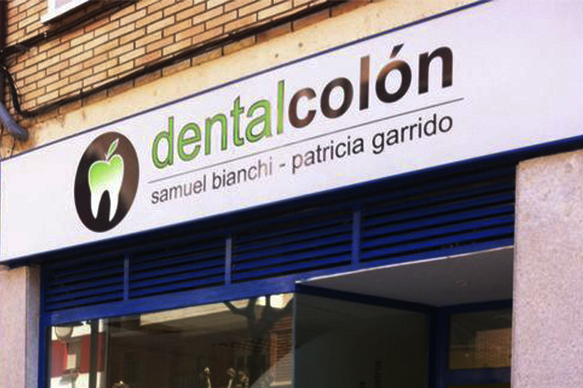 clinica_dental_colon_metacrilatos_vinilo_fachada_plafón_luminoso