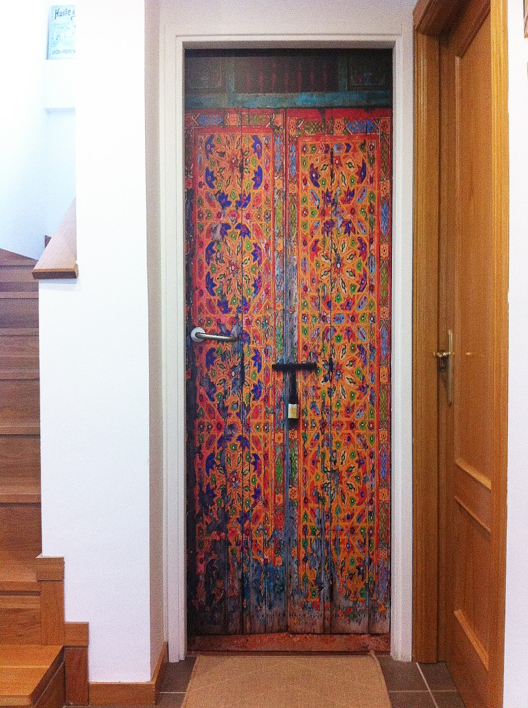 Vinilo impreso laminado colocado sobre puerta en casa particular en Estella