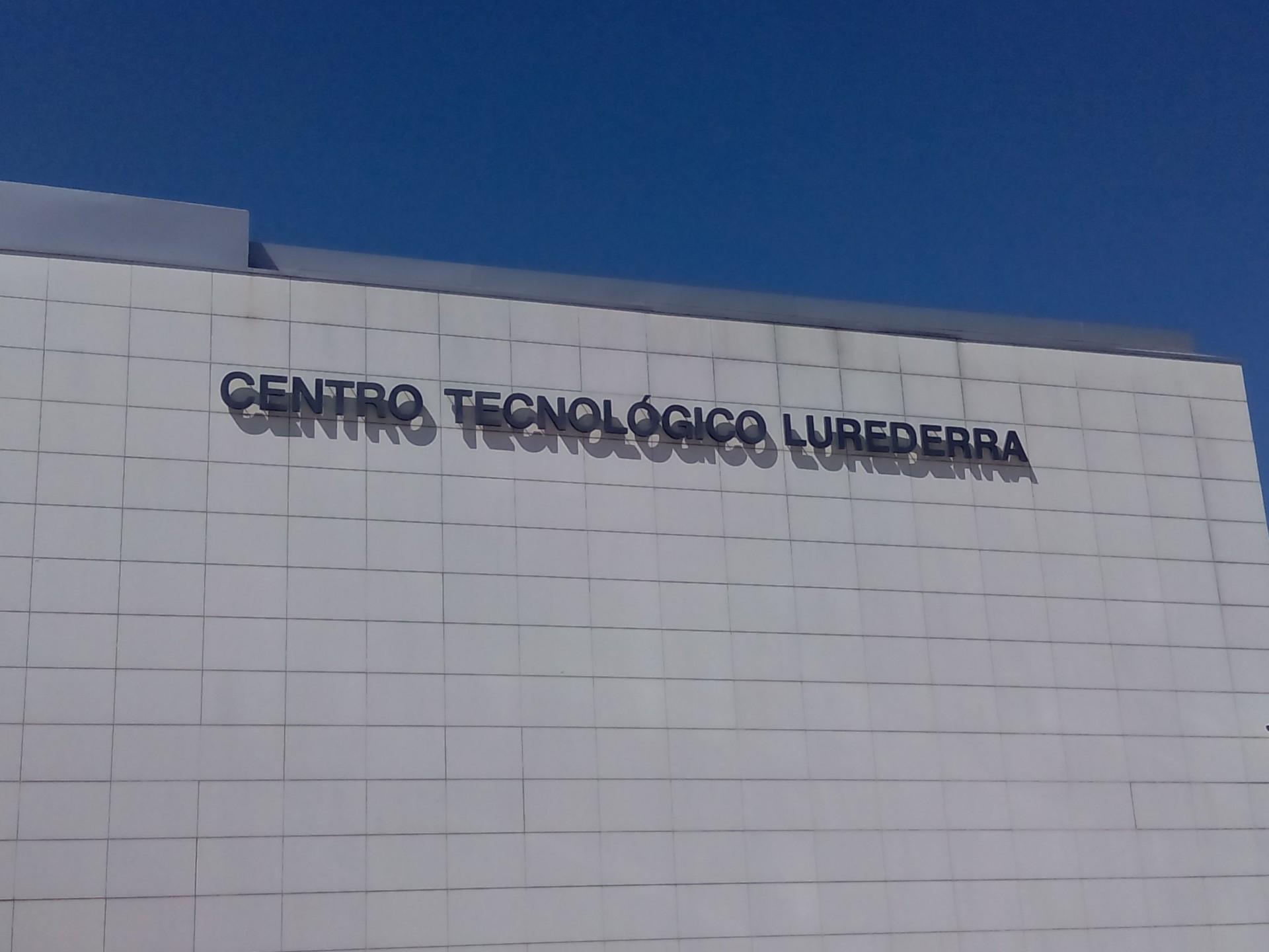letras_corporeas_rotulación_navarra_colocación_grua