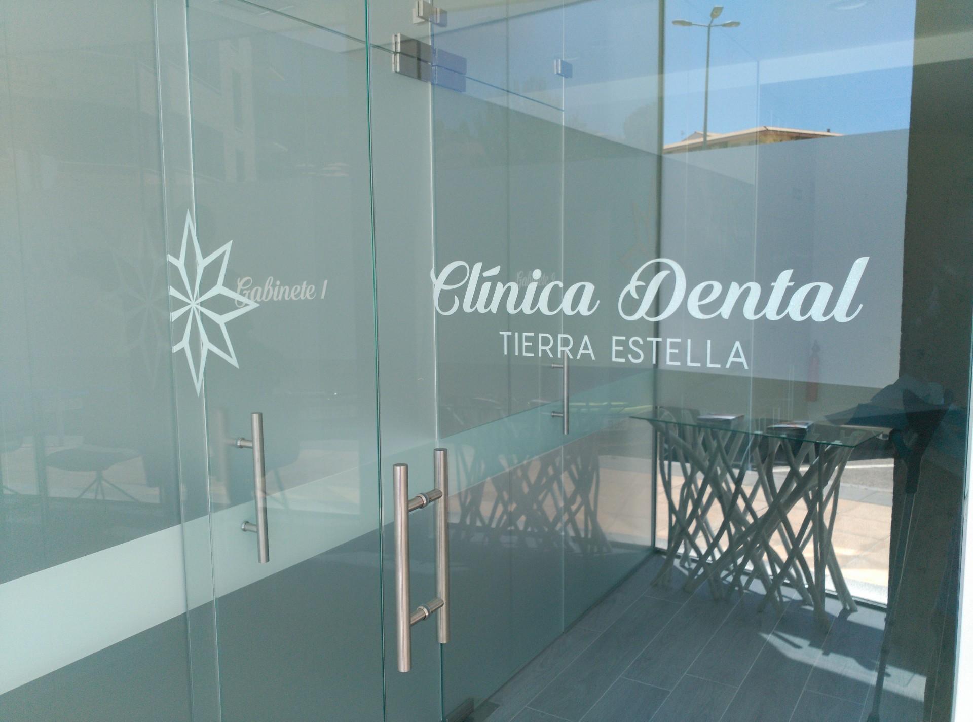 Crea imagen cl nica dental tierra estella letras corp reas y logo en fachada e interiores y - Clinica dental moderna ...