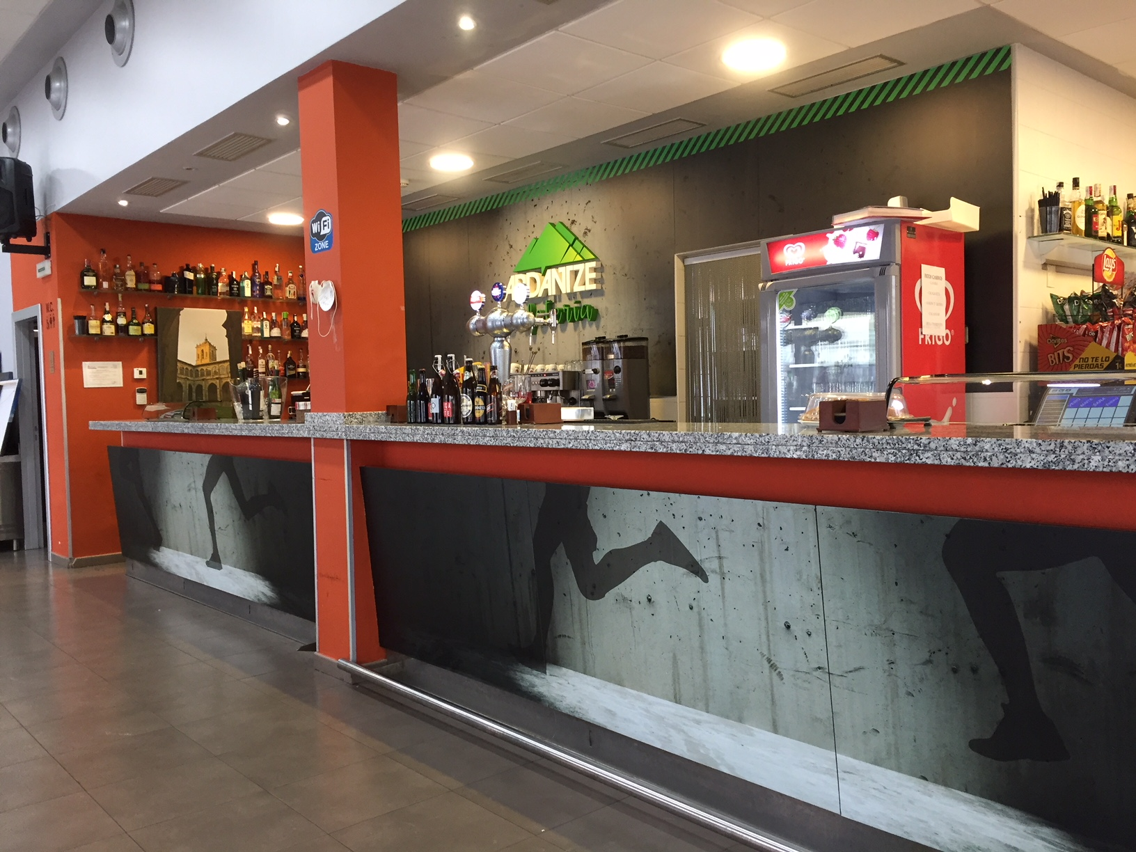 mural_vinilos_vinilo_decoracion_poliestireno_logo_cartel_ESTELLA_NAVARRA_IMPRESIÓN_DISEÑO_VINILOS_ROTULACIÓN